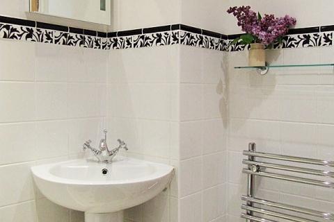 Weißes Zweibettzimmer Bad
