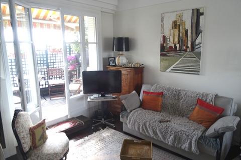 Sofabett im Wohnzimmer