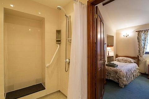Bad des Zweibettzimmers