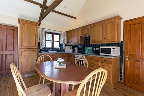 Wohn-/ Esszimmer mit offener Küchenzeile