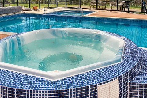Schwimmbad mit Whirlpool