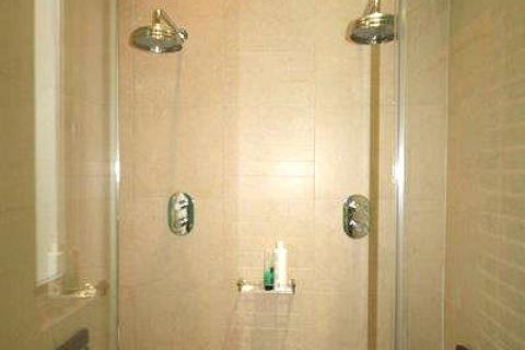 Geteiltes Bad mit Dusche