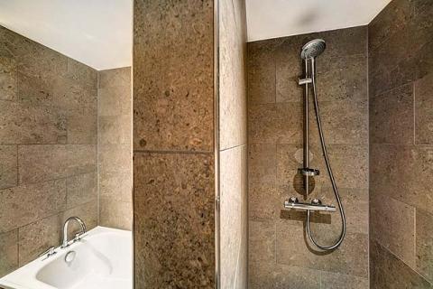 Badbeispiel mit Badewanne und Dusche