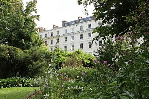 Hotel vom Garten gesehen