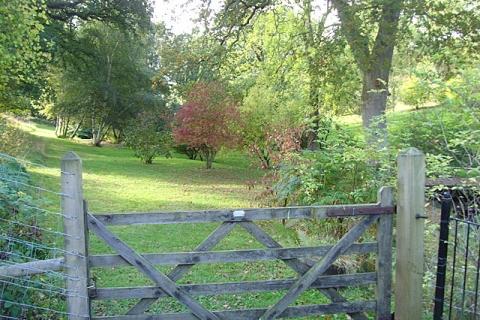 Zugang zum weitläufigen Garten