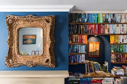 Bücherecke im Frühstücksraum