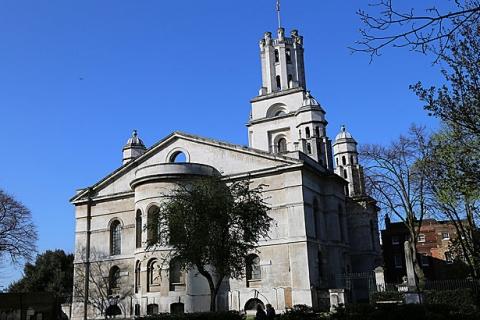 Eine Kirche in der Nähe
