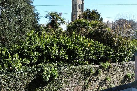 Blick auf Garten und Kirche