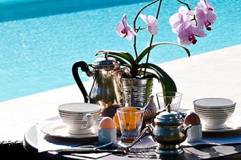 Im Sommer Frühstück am Pool