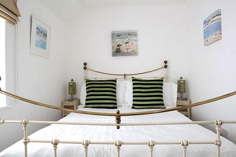 Cottage 24 - Bett in Lounge