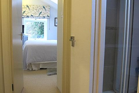 Bad neben Doppel-/ Zweibettzimmer
